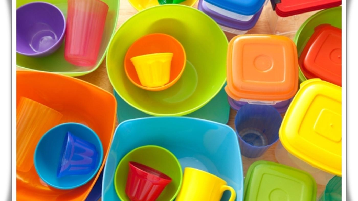 امروزه از پلاستیکهای مقاوم و سبک که قابلیت قالب گیری دارند در تولید هزاران محصول مختلف استفاده میشود همین موضوع سبب شده تا با استفاده پلاستیک در زمینههای مختلف زندگی امروزی بشر راحتتر شود. امروزه در زندگی شاهد وجود مواد پلاستیکی در همه جا هستیم وقتی وارد فروشگاه میشویم و نیاز به تهیهی مواد غذایی داریم میبینیم که انواع مواد غذایی در ظروف پلاستیکی مختلفی بسته بندی و نگهداری میشوند که میتوان به ظروف سس، بطری نوشیدنیها، ظروف پنیر و ... اشاره کرد، چرا که ظروف پلاستیکی را به راحتی میتوان حمل و جابهجا کرد. علاوه بر استفادهی پلاستیک در تولید ظروف پلاستیکی، بسیاری از لوازم قابل حمل نیز با استفاده از پلاستیک تولید میشوند برای مثال از پلاستیک در دستگاههای الکترونیکی که امکان اتصال به اینترنت را دارند نیز استفاده میشود و شما در حال حرکت میتوانید به اینترنت متصل شده و با دوستان و آشنایان خود در ارتباط باشید. شاید جالب باشد بدانید که از پلاستیکها در تولید لوازمی که در جهت حفاظت جان انسانها به کار برده میشوند نیز استفاده میشود که میتوان به کلاههای محافظ ورزشکاران و جلیقههای پلیسها که ضد گلوله هستند اشاره کرد. کاربردهای مختلف پلاستیکها در زندگی امروزی تنها به ظروف پلاستیکی، وسایل قابل حمل نقل و محافظتی ختم نمیشود در ادامه شما را بیشتر با دیگر کاربردهای پلاستیک در زمینههای مختلف آشنا میکنیم تا بیشتر و بهتر بدانید که پلاستیکها چقدر کاربردهای زیادی دارند. پس با ما همراه باشید. استفاده از پلاستیکها در صنعت بسته بندی وجود ویژگیهایی چون سبکی، قابل قالب گیری و استحکام بالای پلاستیکها آنها را به مادههایی ایدهآل برای استفاده در صنعت بستهبندی مواد غذایی تبدیل کرده است که میتوان به موارد زیر اشاره کرد: 1- ظروف پلاستیکی شکستنی نیستند و دیکر نگرانی بابت آسیب دیدن از شکستن ظروف نخواهید داشت و از طرفی خودشان میتوانند از شکستنیها محافظت هم کنند. 2- به دلیل قابلیت انعطاف پذیری پلاستیک از آن در تولید کیسههای سوپر مارکتها، کیسههای یکبار مصرف و کیسههای زباله استفاده میشود. 3- جالب است بدانید که مواد غذایی که در ظروف پلاستیکی بسته بندی شدهاند مدت طولانیتری تازهتر میمانند همین موضوع سبب کاهش زباله نیز میشود و برای تازه نگه داشتن مواد غذایی کمتر به مواد نگهدارنده نیاز است. 4- همانطور که گفتیم پلاستیکها و